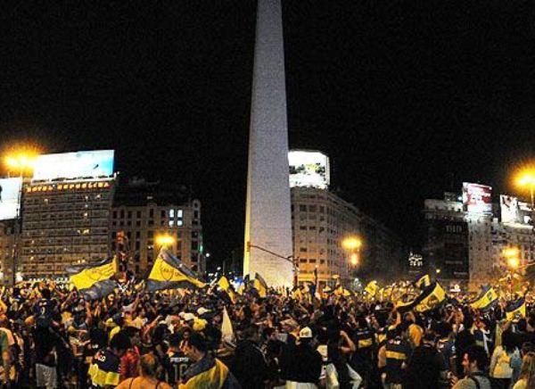 EN LA PUNTA. Los hinchas xeneizes celebraron a lo grande en las calles bonaerenses. El punto fue el Obelisco. (www.fotobaires.com )