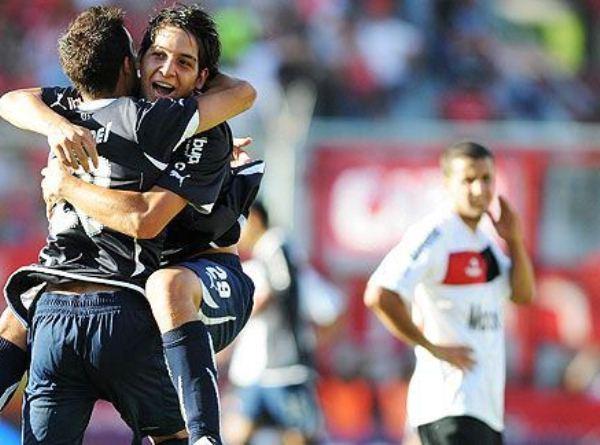 NO LA HACE. Ñuls empezó ganando en Avellaneda a los 17' con tanto de Pablo Pérez, pero Martín Benítez salvó la tarde para Independiente. (www.fotobaires.com )