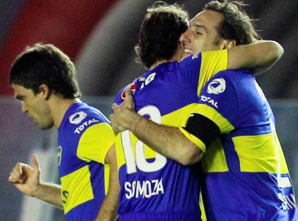 VUELTA DEL FLACO. Rolando Schiavi le dio el gol del triunfo a Boca en Avellaneda. El 'Flaco' apareció sorpresivamente para anotar con un remate de derecha. (Foto: La Nación)
