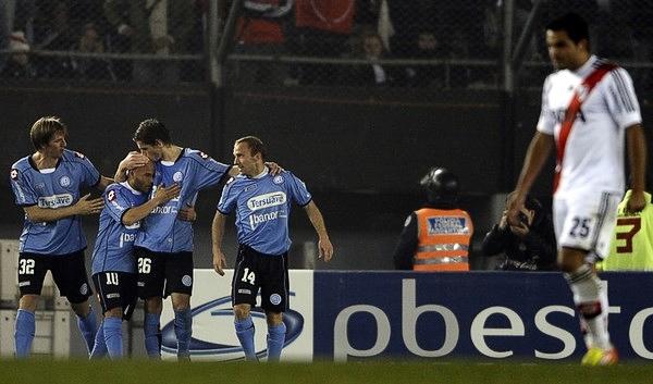 La primera gran sorpresa del Torneo Inicial fue la victoria a domicilio de Belgrano sobre el equipo millonario (Foto: AFP)