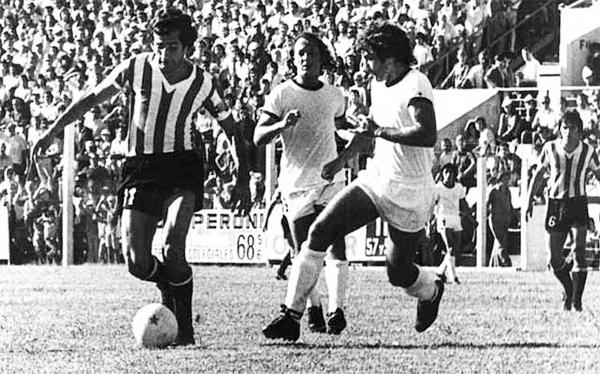 El apellido Verón se instaló en la memoria futbolística de sudamerica a partir de lo que Juan Ramón, 'La Bruja', hizo en el campo con la camiseta de Estudiantes (Foto: clarin.com)