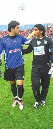 Sergio Galarza (derecha) ha atajado no solo ante su hermano Luis (izquierda), sino también como rival de su padre Luis Esteban, en 1993 (Foto: lostiempos.com)