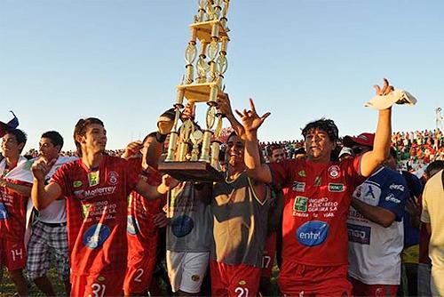 Guabirá se anticipó a todos en el ascenso boliviano para levantar la copa por el campeonato logrado (Foto: lostiempos.com)