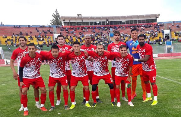 Sebastián Gularte, en la foto a la izquierda de los parados, es la nueva pieza clave del ataque de Nacional Potosí para esta temporada. (Foto: Prensa Nacional Potosí)