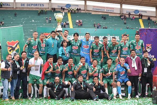Real Tomayapo con la última Copa Simón Bolívar, que le dio el pase a una participación inédita en la élite boliviana. (Foto: Prensa Real Tomayapo)