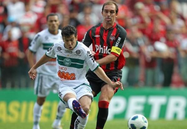 AJUSTADO. Atlético Paranaense venció or 1 a 0 con tanto de Joffre Guerrón a Coritiba. (Foto: Agencia Estado)