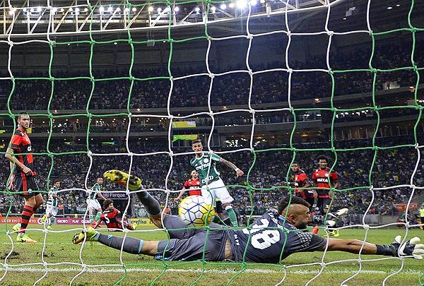 Duelo entre el campeón y la revelación, Palmeiras y Flamengo. Los dos equipos cariocas dieron la hora en el Brasileirao. (Foto: Gazzeta do Povo)