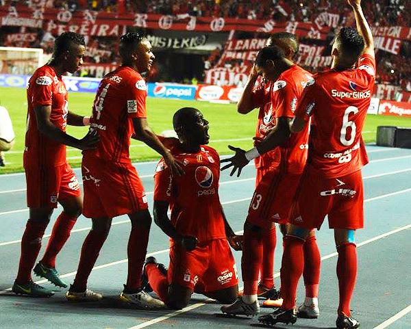 Cristian Martínez Borja y la celebración de uno de sus tres goles en el reciente triunfo de América de Cali sobre Junior. (Foto: diario El País)