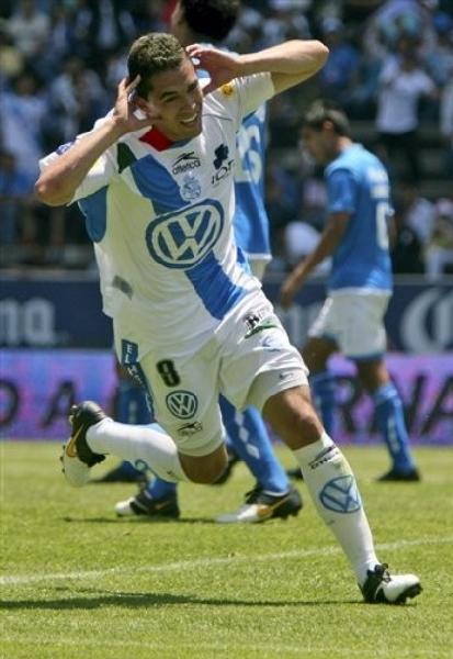 Pese a debutar en el fútbol azteca a los 28 años, Hérculez Gómez hizo oídos sordos a sus detractores y la rompió con camiseta del Puebla (Foto: AP)