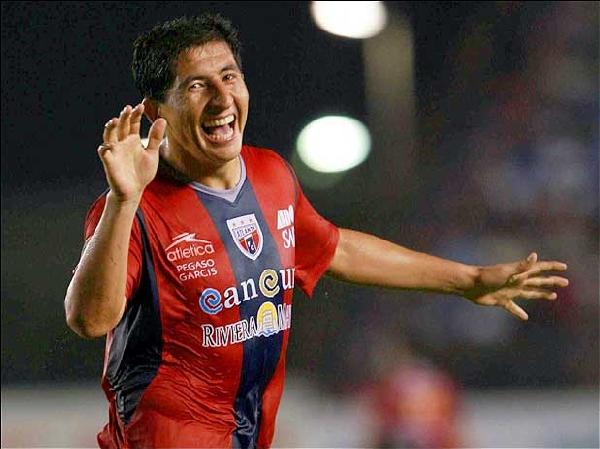 En su primera temporada en México, el peruano Johan Fano respondió con creces las expectativas depositadas en él: igualó con Héculez Gómez y Javier Hernández en la tabla de artilleros (Foto: terra.com.mx)