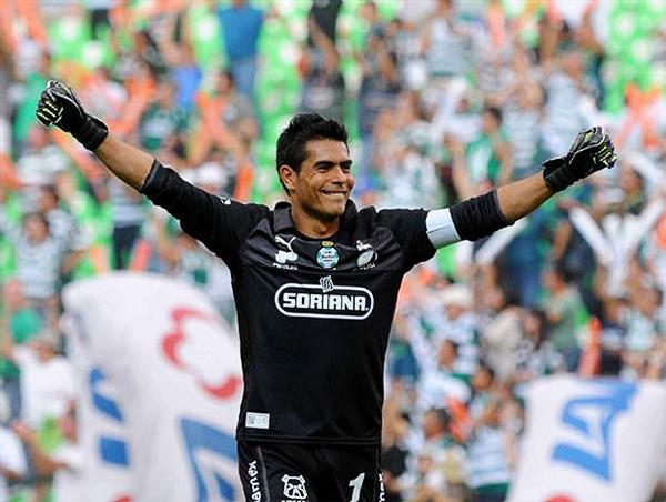 Loa brazos en alto para sacar cualquier balón siguen siendo la imagen que Oswaldo Sánchez deja en el fútbol mexicano con los colores del Santos Laguna (Foto: Mexsport)
