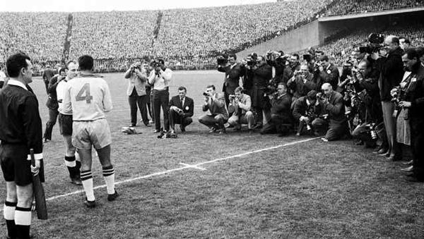 El saludo de los capitanes antes del amistoso entre Brasil y Alemania: Zito y Seeler. (Foto: robertoblogdo.blogspot.com.br)