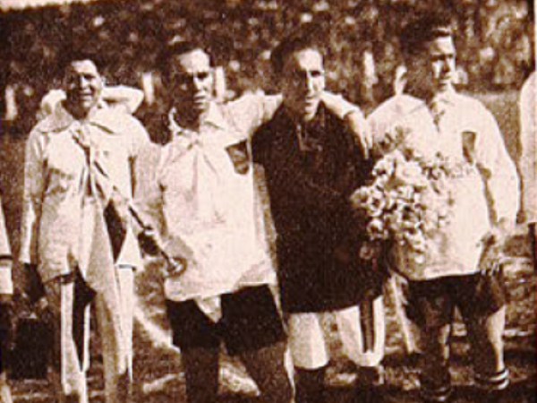 David Arellano junto al capitán boliviano Jorge Soto en la inauguración de la Copa América 1926, el día de sus cuatro goles. (Recorte: revista Los Sports)