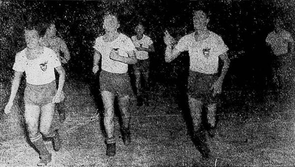 José Vargas, Enrique Cantos y Ricardo Riveros salen del campo luego del gran triunfo de Ecuador sobre Colombia en 1949 (Foto: Sport Ilustrado)