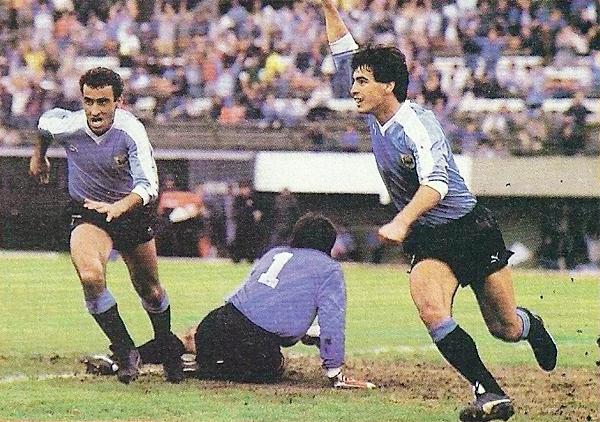 Mucho antes de llegar al fútbol peruano, Antonio Alzamendi era un reconocido goleador uruguayo. Aquí, comparte el grito de gol con Pablo Bengoechea durante la Copa América de 1987 (Recorte: revista El Gráfico)