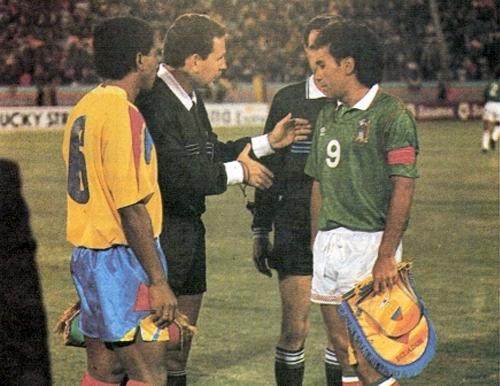Hugo Sánchez capitaneó a la selección de México en la primera Copa América que disputó, la de Ecuador en 1993 (Recorte: revista La Copa y los Mejores)