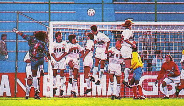 René Higuita ejecutando un tiro libre que acabaría chocando en el horizontal, tras lo cual el balón llegó a los pies de Faustino Asprilla quien solo tuvo que empujarlo para decretar el tercer gol del triunfo de Colombia por 4-1 ante Estados Unidos en 1995. (Recorte: revista El Gráfico)