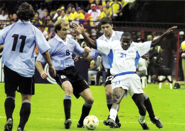 En 2001 la selección de Honduras llegó a ocupar el tercer lugar en la Copa América que se jugó en Colombia (Recorte: revista Conmebol)