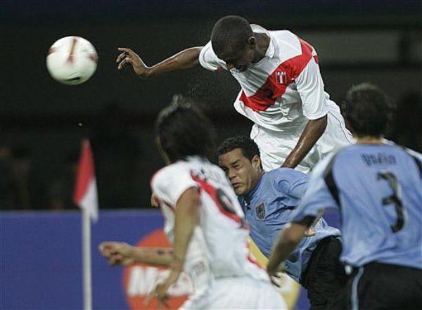 Y LLEGÓ EL MOMENTO. Instante preciso en el cual Villalta marca el primer gol del partido pese a tener la marca de Darío Rodríguez. (Foto: AP)