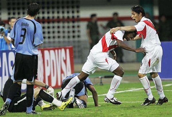 ALISTA EL FESTEJO Paolo Guerrero inicia los festejos con Villalta tras el primer gol peruano. (Foto: AP)