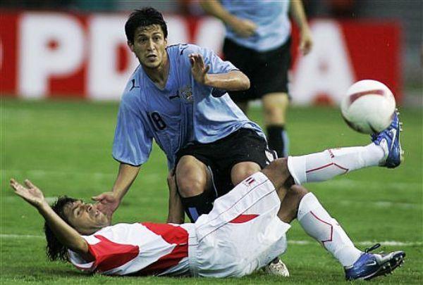 NO SE CANSÓ DE PELEAR. Juan Carlos Bazalar y Fabián Canobbio luchan un balón en la mitad de la cancha. El 'Juanca' pareció tener cuatro pulmones ese día. (Foto: AP)