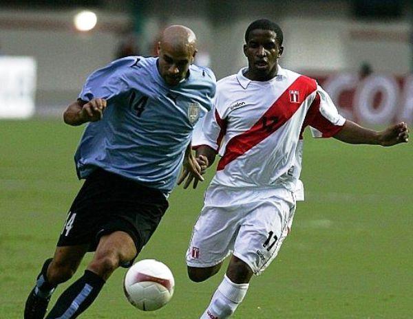 EL JUEGO DE LA FOCA. Farfán persigue a Diogo y no lo deja salir tranquilo de su campo. (Foto: EFE)