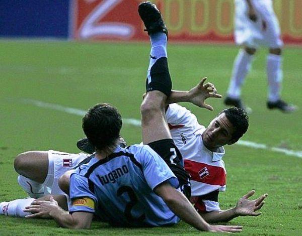 LUCHA DE REFERENTES. Pizarro y Diego Lugano luego de disputar un balón dividido. (Foto: EFE)