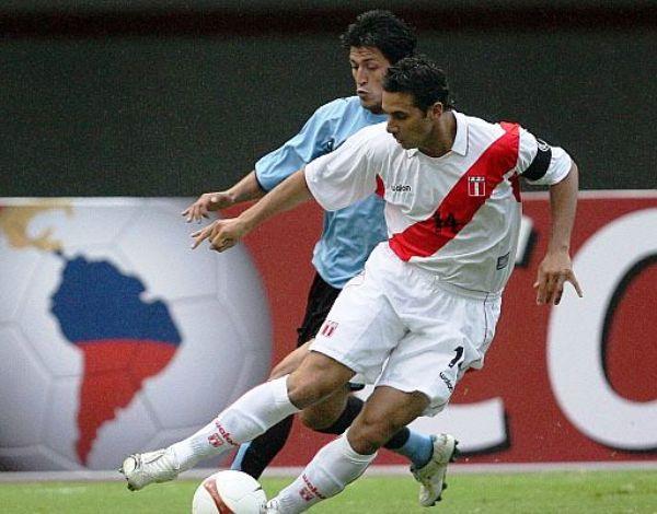 PINTA DE CAPITÁN. Pizarro trata de sacarse la marca de Fabian Canobbio. Fue una lucha intensa. (Foto: AFP)