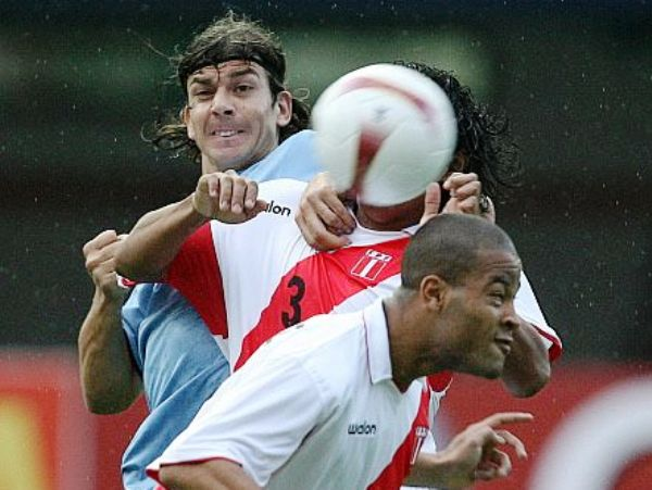 LA ESPERA LO DESESPERA. Pablo García intenta robarle la pelota a Santiago Acasiete, no obstante,   Alberto Rodríguez sale en auxilio de su compañero. (Foto: AFP)