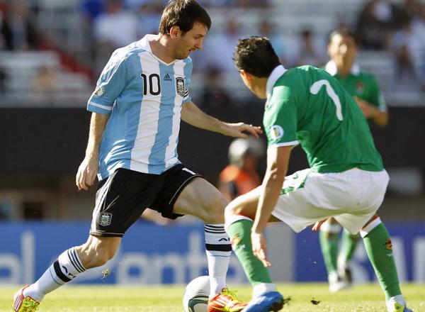 Pese que a nivel de clubes pocos dudan del talento de Messi, lo cierto es que sigue en deuda con su selección (Foto: Reuters).
