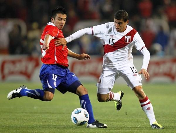 TODAVÍA LA FALTA. Pese a ir de menos a más, Corzo no se mostró solvente en la última línea de Perú. En la imagen se observa cómo disputa un balón con Fierro. (Foto: REUTERS)