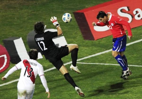 PREPARADO PARA LA ACCIÓM. Libman vuela para contener un cabezazo de Esteban Paredes. (Foto: REUTERS)