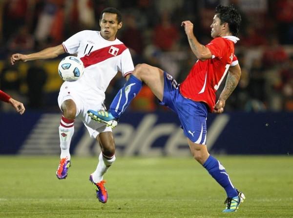 A MEDIAS TINTAS. Lobatón intentó darle mayor precisión a Perú, no obstante, poco pudo hacer debido a la presión que metió Chile. (Foto: REUTERS)