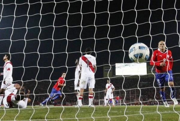 Y SE HIZO EL GOL.  Carrillo cometió el autogol que le permitió a Chile lograr una agónica victoria. (Foto: REUTERS)