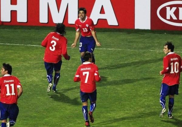 MAREA ROJA. Tras el autogol de Carrillo, los jugadores chilenos se enfrascaron en un desenfrenado festejo. (Foto: REUTERS)