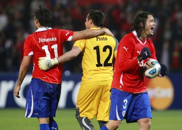 Y SIGUEN LOS FESTEJOS. Pinto y Jiménez fueron dos de los jugadores más emocionados tras el triunfo de su seleccionado. (Foto: REUTERS)