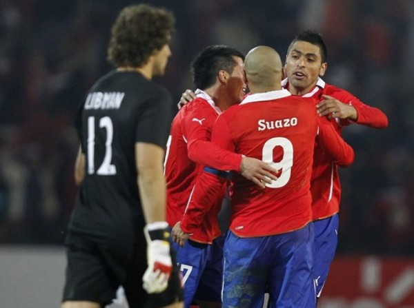 CONTRASTE. Mientras Libman camina apesadumbrado, Medel, Suazo y Jiménez celebran el triunfo de su selección. (Foto: REUTERS)