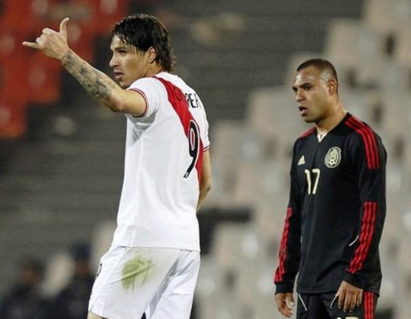 VS. MÉXICO (COPA AMÉRICA 2011). Otra vez la presencia de Paolo Guerrero fue determinante. En el epílogo del partido ante México, le dio al triunfo a la selección peruana y la instaló en cuartos de final. (Foto: Reuters)