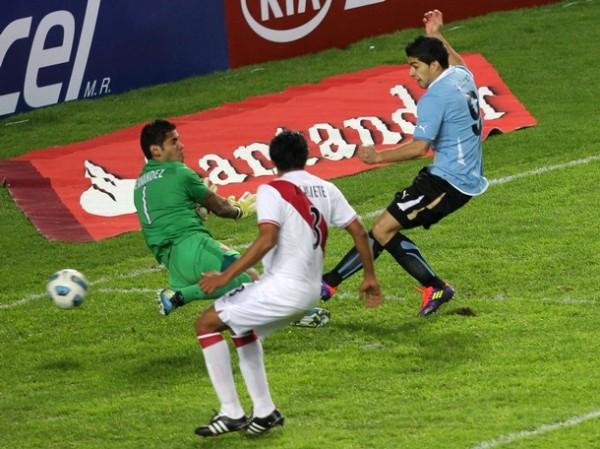 VS. URUGUAY (COPA AMÉRICA 2011). Perú no pudo con la fantástica noche de Luis Suárez y cayó por 2-0 ante Uruguay, resignándose a jugar en la definición por el tercer lugar del torneo. (Foto: Reuters)