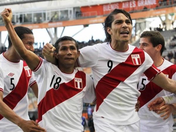CONECTADOS. Willian Chiroque y Paolo Guerrero, dos carreras distintas, pero con camiseta peruana parecían hechos el uno para el otro ante Venezuela. (Foto: Reuters)