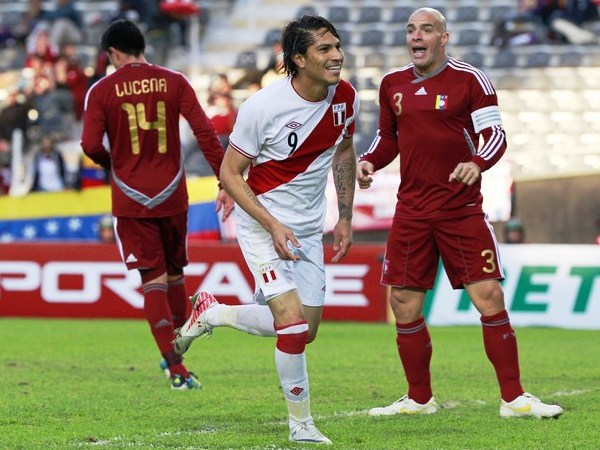 GANA Y EMPATA. Con el primer tanto de Guerrero en el partido, empataba en la tabla de máximos artilleros a Sergio Agüero y Luis Suárez. Pero se venían más. (Foto: Reuters)