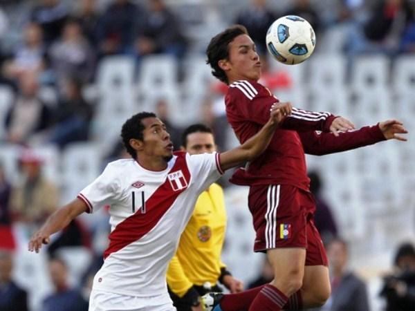 LEVANTA LA SEIJA. Carlos Lobatón tuvo una aceptable actuación, pero se fue lesionado minutos después. En la imagen, pelea un esférico con Luis Seijas. (Foto: Reuters)