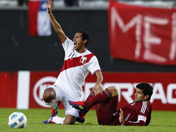 LA T DE RINCÓN. En un balón dividido, Tomás Rincón fue con los toperoles por delante y terminó sacando del campo a Carlos Lobatón. (Foto: Reuters)