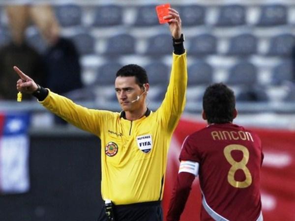 AL RINCÓN. El capitán de Venezuela, Rincón, fue expulsado por la falta a Lobatón, y se perderá el primer partido de las Eliminatorias para Brasil 2014. (Foto: Reuters)