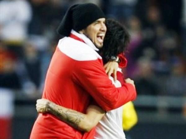 LOS COMPADRES. Uno desde la tribuna y el otro en la cancha, los jugadores más simbólicos de Perú se unen en un abrazo. Un abrazo de grandes, que une a los dos equipos más tradicionales en cuatro letras: Perú. (Foto: AP)