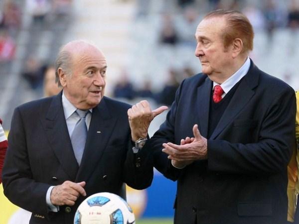 CHUPE DE CAMARONES. Joseph Blatter y Nicolás Leoz se alistan para la premiación al cuarto puesto (sí, premiación al cuarto) y a Perú, tercer lugar de la Copa América. Uña y mugre. (Foto: Reuters)