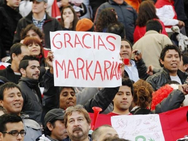 LOS QUE FUERON Y LOS QUE SE QUEDAN. Peruanos que viajaron por la Copa América, y los que están viven allá, agradecieron a Sergio Markarián por la alegría que les trajo luego de tanto tiempo. (Foto: AP)