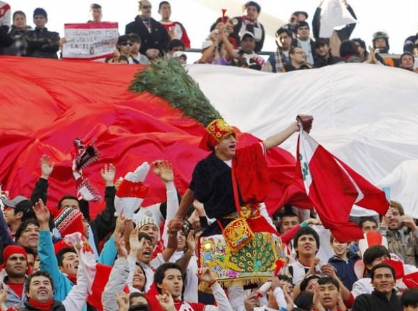 ESTA ES TU HINCHADA. La gente no paró de alentar ni cuando Roldán hizo sonar su silbato para decretar el final. Todos los hinchas de la blanquirroja se fueron felices..(Foto: Reuters)