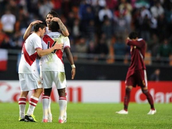ENCOMENDADOS A ÉL. Aldo Corzo y Luis Advíncula van, apenas acaba el partido, a abrazar a Paolo Guerrero. Figura indiscutible de Perú en la Copa América. (Foto: AP)