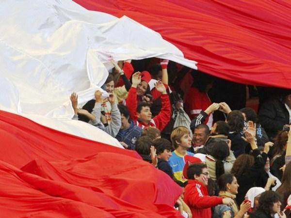 LA BANDERA DE TODOS. Una gigantesca bandera peruana se hizo presente en el Estadio Único de La Plata. (Foto: Reuters)